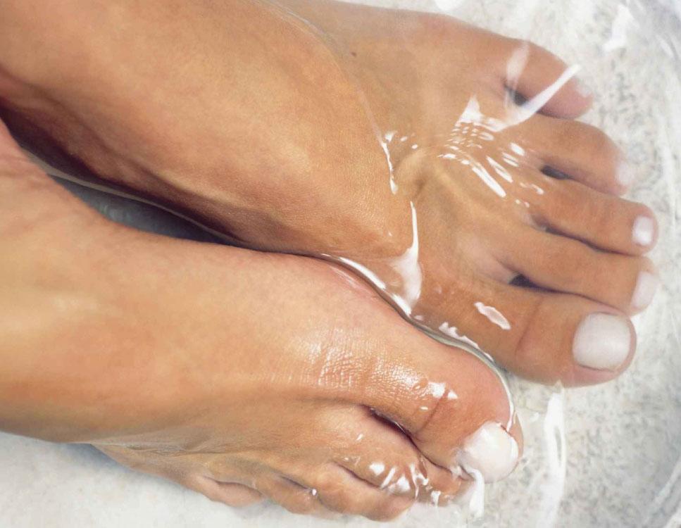 Elegir el calzado adecuado; que sea ancho y que de libertad de movimiento a los dedos del pie; evitar los tacones altos